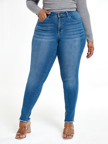 Plus Size Vintage Wash Mid-Rise Frayed Skinny Jeans - Fashion To Figure